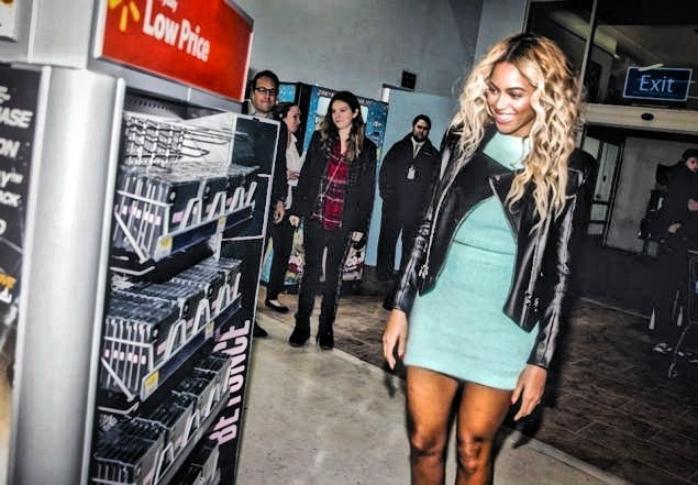 Beyoncé Surprises Fans At Walmart